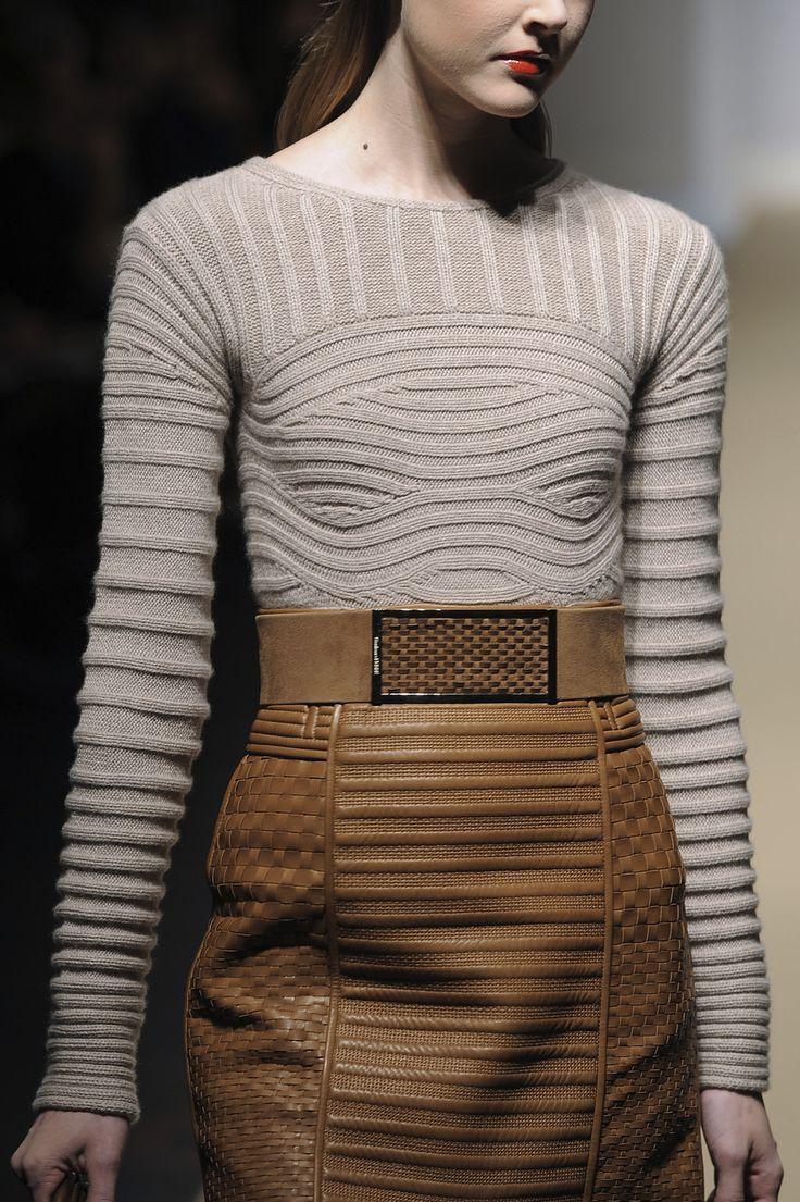 Gianfranco Ferré F/W 2010 очень декоративный кашемировый свитер. мягенький, теплый, со свободным воротником лодочкой. но очень тугой в стыке с рукавами и почти не тянется в районе груди.