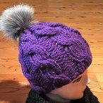 Mütze lila Glücksfrosch Bommel
