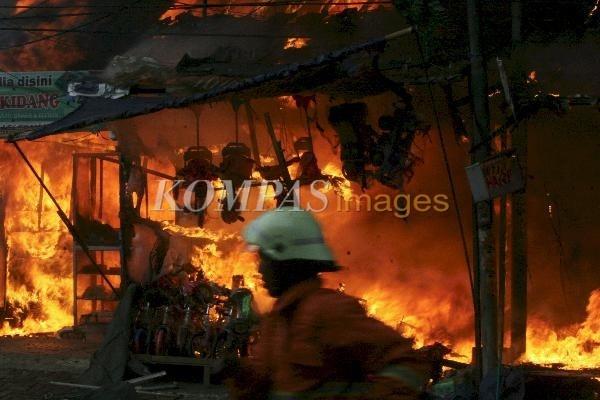 Toko di Palmerah Terbakar  Deretan toko dan rumah di depan Pasar Palmerah, Jakarta, tepatnya di Jalan Palmerah Barat terbakar, Rabu (7/3/2012). Sebanyak 9 toko dan sejumlah rumah di belakang toko tersebut ludes terbakar. Api berhasil dilokalisir sekitar satu jam. Ribuan warga turun ke jalan menonton kebakaran terebut