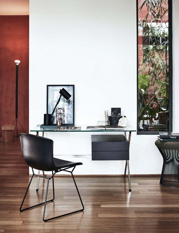 Due grandi classici del design per l'ufficio in casa, la sedia Bertoia, firmata da Harry Bertoia nel 1952 e qui in versione nera, e lo scrittoio Albini, design Franco Albini, 1928. knoll.com