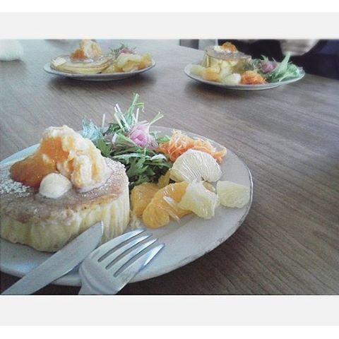 uzumama823. 【休日の午後】 昨日私だけおいしもの食べて来ちゃったので、 家族のみなさまにもカフェランチを振る舞いました。. . . ✴~Menu~✴ スフレパンケーキ~デコポンジャム風味~ ヨーグルトアイスとジャムをたっぷりのせて.:*:・'°☆ レッドオニオンドレッシングの水菜サラダ デコポンジャムドレッシングのキャロットサラダ はっさく&文旦 人数が多いのでパンケーキはスフレorスキレットで。 キャロットサラダには文旦ピールをアクセントにいれてます。 . . . *デコポンジャムを美味しくいただきたくて、パンケーキ作りました。 *セリアでパンケーキの型を手に入れられず、困った時の牛乳パックで。 #暮らし#丁寧な暮らし #おうちカフェ#おうちごはん #6人家族 の#休日の#ランチ#lunch #手作り#スフレパンケーキ#パンケーキ#ランチプレート #うつわ#器#馬場勝文