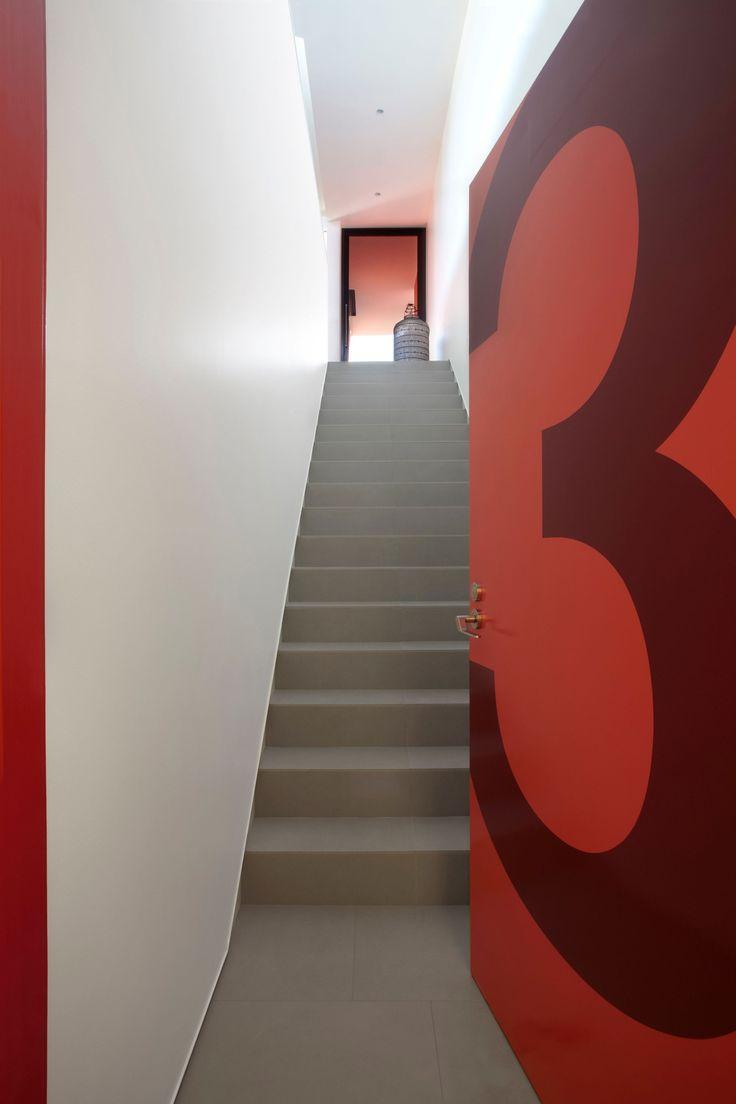 Парадный вход и лестница на второй этаж дома