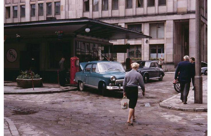 CPN przy ul. Nowogrodzkiej. Za stacją tył budynku przy Kruczej 38/42 Rok 1961. Dziś w tym miejscu stoi budynek Nautilus mieszczący ambasadę Australii
