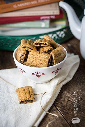 I biscotti vegani ripieni di confettura di prugne sono un dolce ottimo per una merenda energetica e salutare. Da abbinare ad un tè o ad una cioccolata calda fumante. Ecco la ricetta. Ingredienti per 20/25 biscotti per la frolla 100 g farina di farro integrale 30 g semi di lino LifeStyle 60 g di acqua …