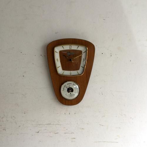 ヴィンテージの壁掛け時計VINDEX社|温度計、天気予測?のメーター付きのミッドセンチュリーのウォールクロックです!モダンなフォルムは壁を選ばず素敵にしてくれますね。天気予測?という不思議なメーターがついていますね。何の数値をもって悪い天気、良い天気と判断するのでしょうね・・・面白いメーターですね。ムーブメントはドイツ製。綺麗なので最近交換されたもののようです。