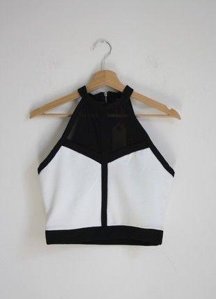 A vendre : http://www.vinted.fr/mode-femmes/hauts-and-t-shirts-crop-tops/22127108-crop-top-blanc-et-noir-tally-weijl
