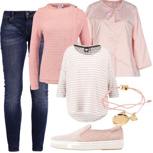 Un look pratico, composto da jeans skinny blu scuro, maglia rigata bianca e rosa con maniche a tre quarti e cardigan rosa, con bottone alto sul collo. Ai piedi delle scarpe basse simil Vans, rosa piaettate. Per uscire, un giubbotto rosa, corto, a campana, con chiusura a bottoni. Il braccialetto, leggero, è composto da tre cordini rosa, con ciondoli dorati.
