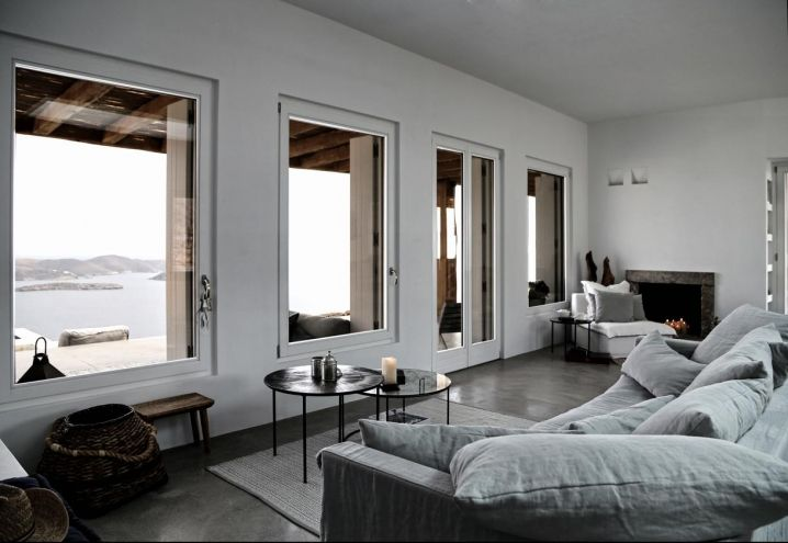 Palette cromatica neutra e atmosfera rilassata per il living della villa realizzata da Block 722 Architects a Syros. Ceste in vimini e dettagli di artigianato locale