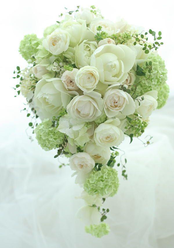 白いバラと、ベージュのバラと、淡いグリーン。日比谷パレスの新婦さまは翌日にお電話をくださって、一会さんのブーケの写真をたくさんたくさん見たけれどその中で一...