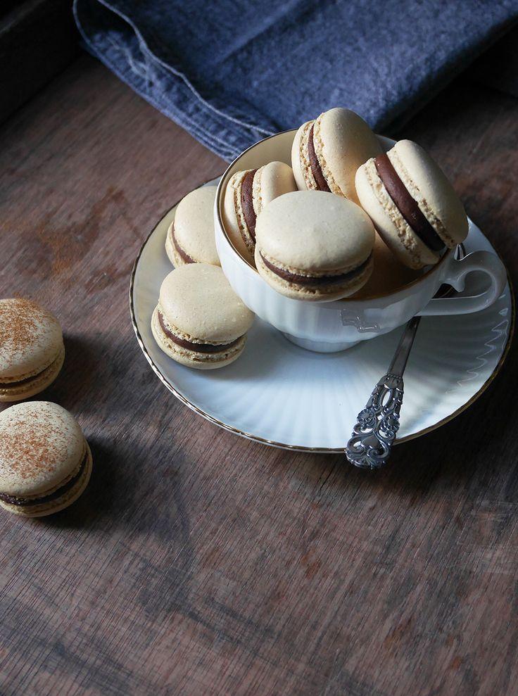 Macarons med kaffesmak, fyllda med en chokladganache med kaffe och nutella. Hallå vad gott! Jag har använt mig av nescaffe espresso, men jag skulle tro att det går lika bra med pulverkaffe till van…