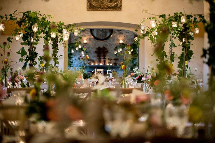 Cenare immersi tra i fiori e l'edera. I saloni del convento ospitano il trionfo della natura. Meraviglioso.
