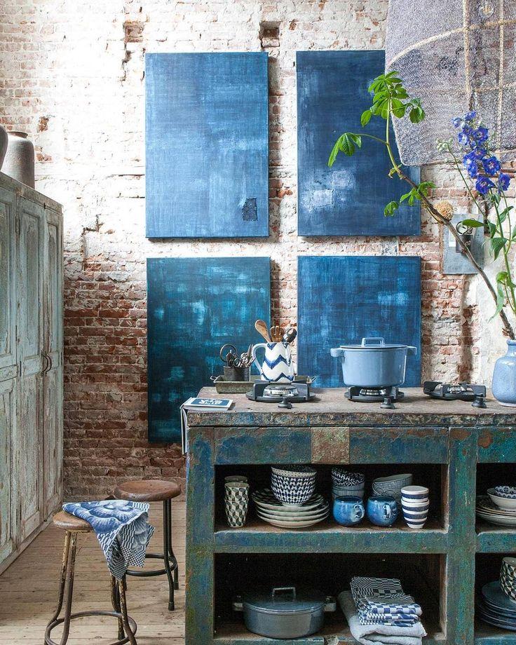 AUTUMN BLUES • klassieker onder de blauwen: indigo. Als pigment al eeuwen geliefd bij textielververs en kunstschilders, als kleur eeuwige roem vergaard in de fifties, met de stoere werkmansjeans. Een intense tint die het goed doet bij kleurgenoten en industriële materialen.