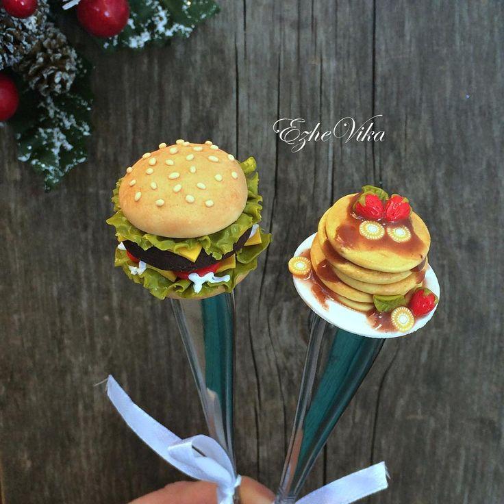 «Кто какой завтрак предпочитает?) #полимернаяглина #вкусныеложки #фастфуд #гамбургер #блины #завтрак #липецк #ezhevika_lyu #ручнаяработа #handmade…»