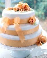Die Hochzeitstorte selber backen? Warum nicht! Wir zeigen, wie man eine dreistöckige Hochzeitstorte backen kann - und zwar völlig stressfrei.