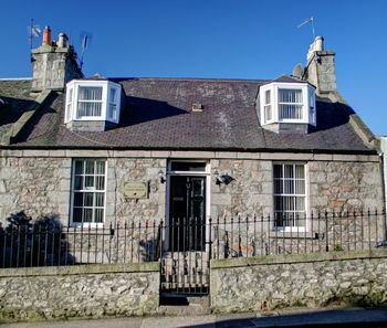 Atticus Central Guest House. Great bed and breakfast/guest house in Aberdeen Scotland. Close to city centre, Union Street, Aberdeen Train/Bus Station, Aberdeen Airport. Close to Altens and Tullos industrial estates. 8 minute walk to Union Square Shopping Centre.