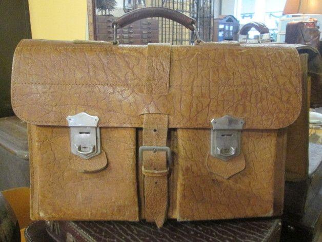 *Schöne alte Aktentasche & sehr urig ! *Trotzdem sieht man ihr , die häufige Benutzung nicht an .*  *Die Tasche wurde gereinigt und mit sehr gutem Lederfett bearbeitet .*  *Mit 3fach...
