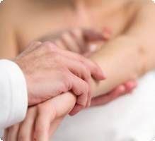 Le syndrome d'Ehlers-Danlos est un groupe de maladies génétiques caractérisées par une anomalie du tissu conjonctif, c'est-à-dire des tissus de soutien.    Il existe différentes variantes de la maladie, la plupart présentent une hyperlaxité des articulations, une peau très élastique et des vaisseaux sanguins fragiles. Le syndrome n'affecte pas les capacités intellectuelles.