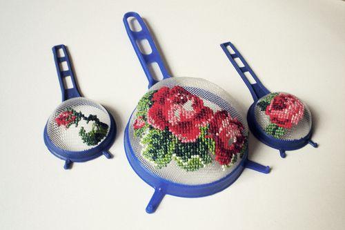bestickte Siebe - crazy - könnte man dann aber sicher als hübschen Fliegenschutz über dem Obstteller nutzen