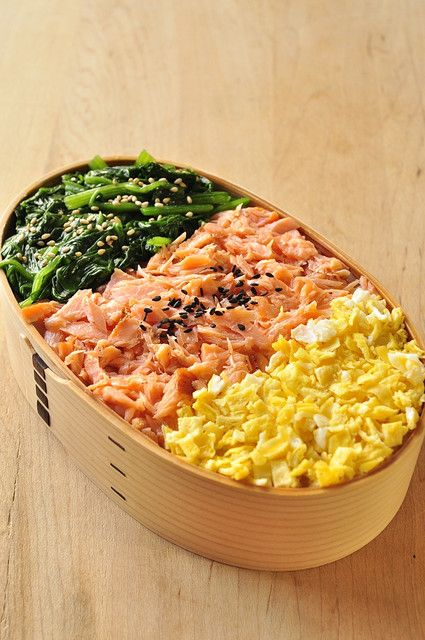 日本人のごはん/お弁当 Japanese meals/Bento 三色弁当 Three-Color Topping Rice Bento Lunch (Green Spinach, Pink Salmon, Yellow Egg)