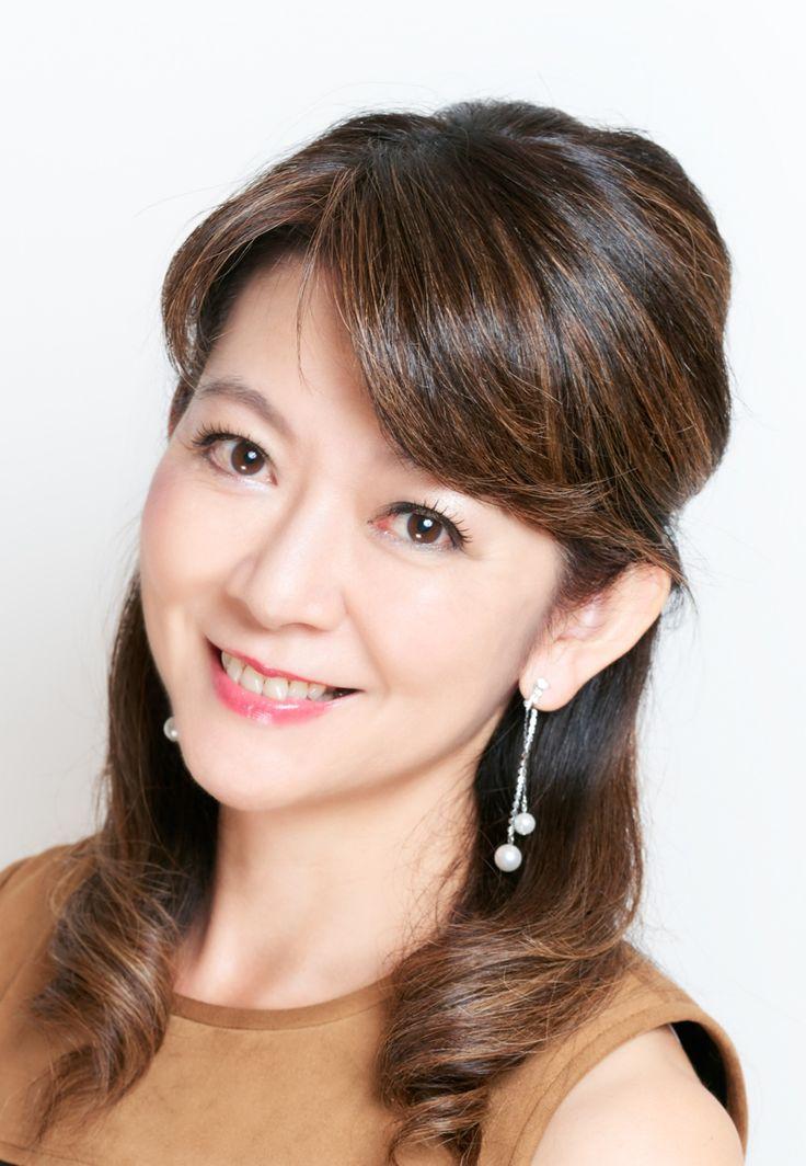 ゲスト◇富永美樹(Miki Tominaga )歌との出会いが人生を変えた~型に捉われない柔らかで豊かな感性を持ち、様々な人生経験を生かして、音楽にも「美」を追求する。子供の頃からピアノと歌が好きで、中高校時代には演劇部に所属。またロックが好きで高校時代にはロックバンドのキーボードを担当。高三の時に英語を学びに米国に留学し、現地の私立高校を卒業。慶応義塾大学法学部政治学科卒業。専門はアメリカ政治。(旧)東京銀行では、 為替ディーラーなど金融業界の中心で激務の日々を送るが、家族でNYへの転居を契機に、長年の夢であった声楽・オペラを学び始める。ジュリアード音楽院イヴニングディヴィジョンにてJ・マクリーン氏に師事。2007年NYコスモポリタンクラブで初リサイタル。帰国後はオペラの舞台にも立ち、「魔笛」夜の女王などコロラトゥーラのレパートリーを得意とする他、「フィガロの結婚」「リゴレット」「ドン・ジョバンニ」等多数出演。東京室内歌劇場会員。