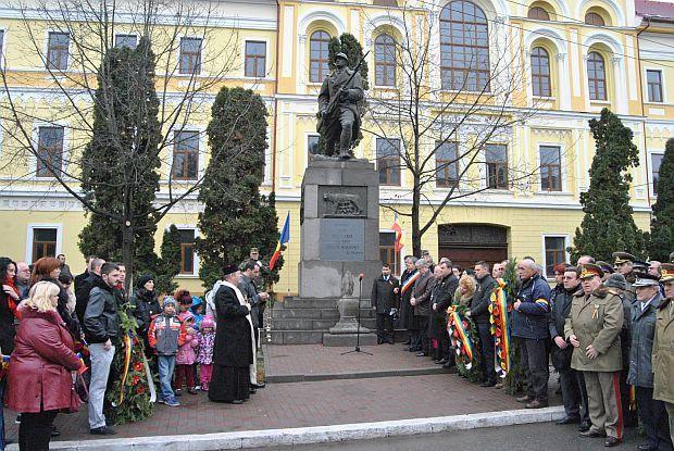 Primăria şi Garnizoana Lugoj au organizat marți, 1 decembrie 2015, de la ora 10, la Monumentul Unirii, din centrul oraşului, o serie de manifestări pentru a marca Ziua Naţională a României. La festivitate au participat oficialităţi locale, reprezentanţii partidelor politice, reprezentanţi ai guvernului şi parlamentului, ai cultelor, ai asociaţiilor de revoluţionari, ai asociaţiilor veteranilor de război şi cadrelor militare în retragere, studenţi şi elevi, reprezentanţi ai armatei…