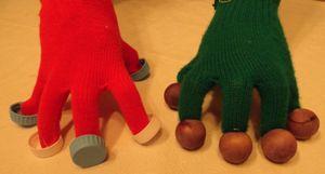 handschoenen worden gebruikt als tokkelinstrument : aan de uiteinden van de vingers kan je allerlei materiaal bevestigen : vb. doppen, kastanjes,kroonkurken, ...
