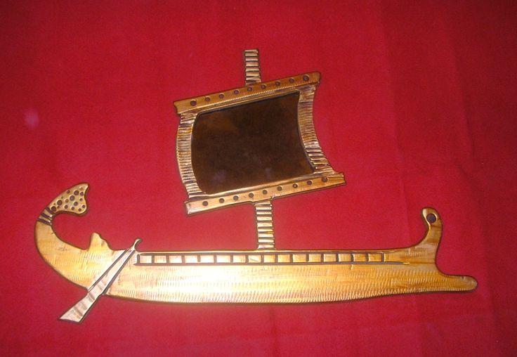 Χειροποίητη δημιουργία σε ξύλο-στοιχείο καθρέφτη-υπάρχει δυνατότητα διαφοροποιήσεων.