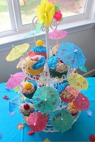 Ideas para fiestas hawaianas :Utiliza una base de tres pisos para cupcakes y llénalo de sombrillitas de papel!