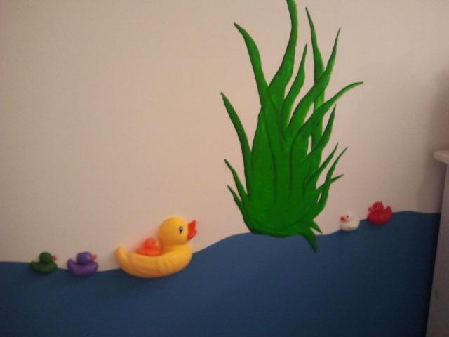 Onze babykamer, badeendjes doormidden gesneden en op de muur geplakt.