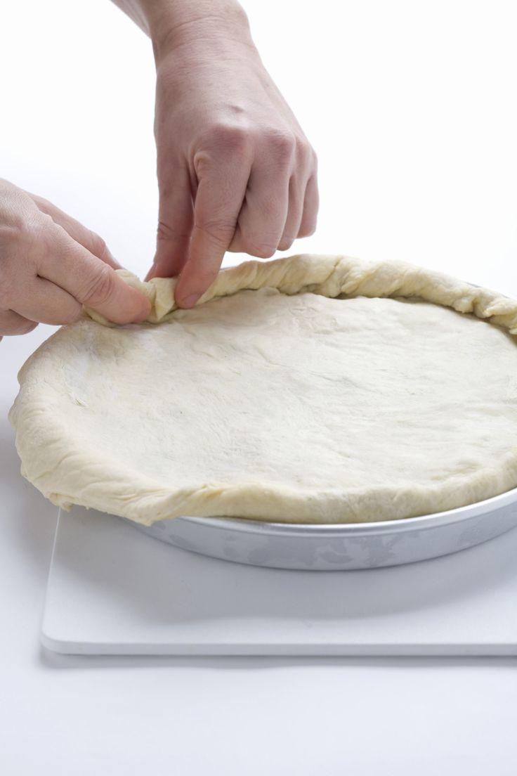 La pizza di scarola è una torta salata chiusa tipica della tradizione campana. E