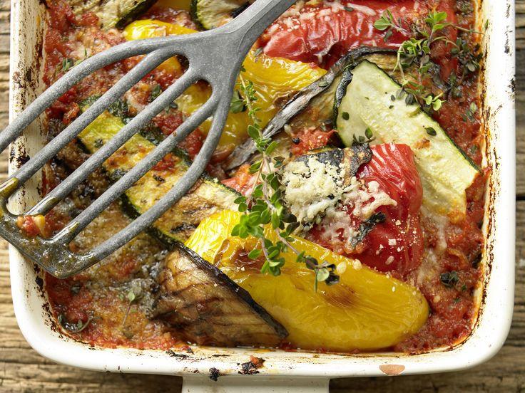 Genießen Sie Ratatouille wie an der französischen Mittelmeerküste: Ratatouille gratiniert aus dem Ofen - smarter - Kalorien: 149 Kcal - Zeit: 50 Min. | eatsmarter.de