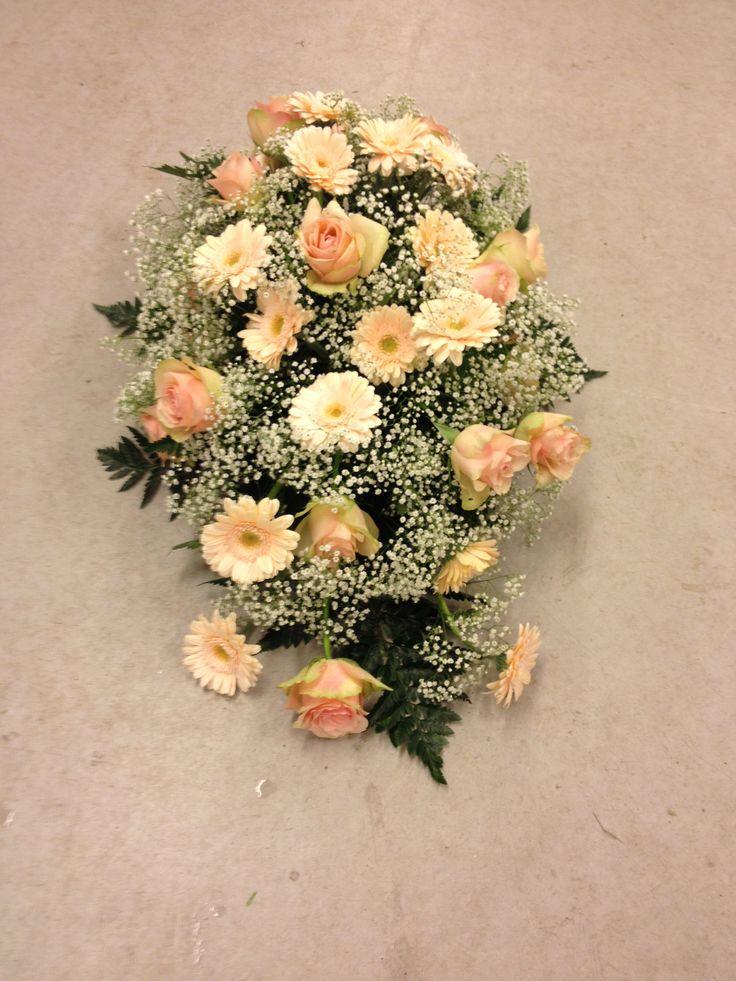 Jeg passet på at alle blomstene skulle synes når jeg lagde  Båredekorasjon