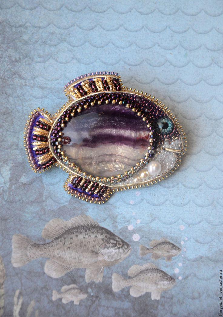 Купить или заказать Брошь - рыба 'Фиолетовая Рыбка' в интернет-магазине на Ярмарке Мастеров. Милая позитивная брошка Рыбка :) Рыбка вышита японским бисером, канителью, гранеными бусинками, натуральным и чешским жемчугом, камень-флюорит. Изнанка-натуральная высококаче…