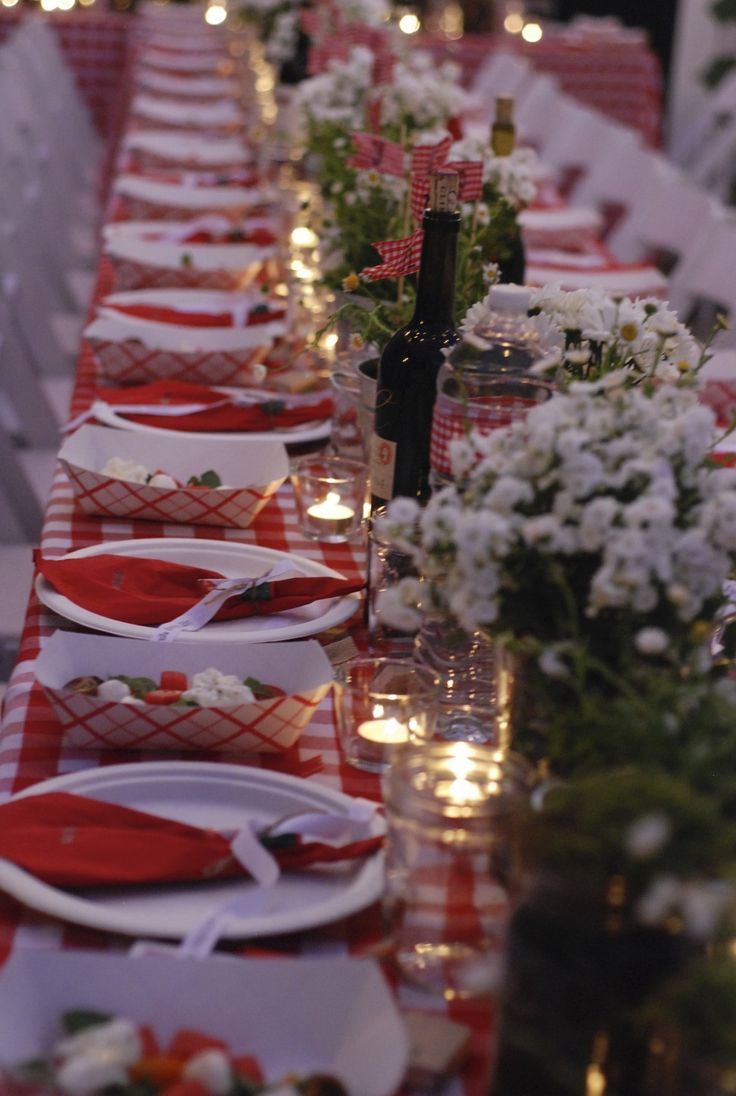 Italian table decorations - Outdoor Entertaining Love Red White Tablecloths Here Http Www Italian Party Decorationsitalian