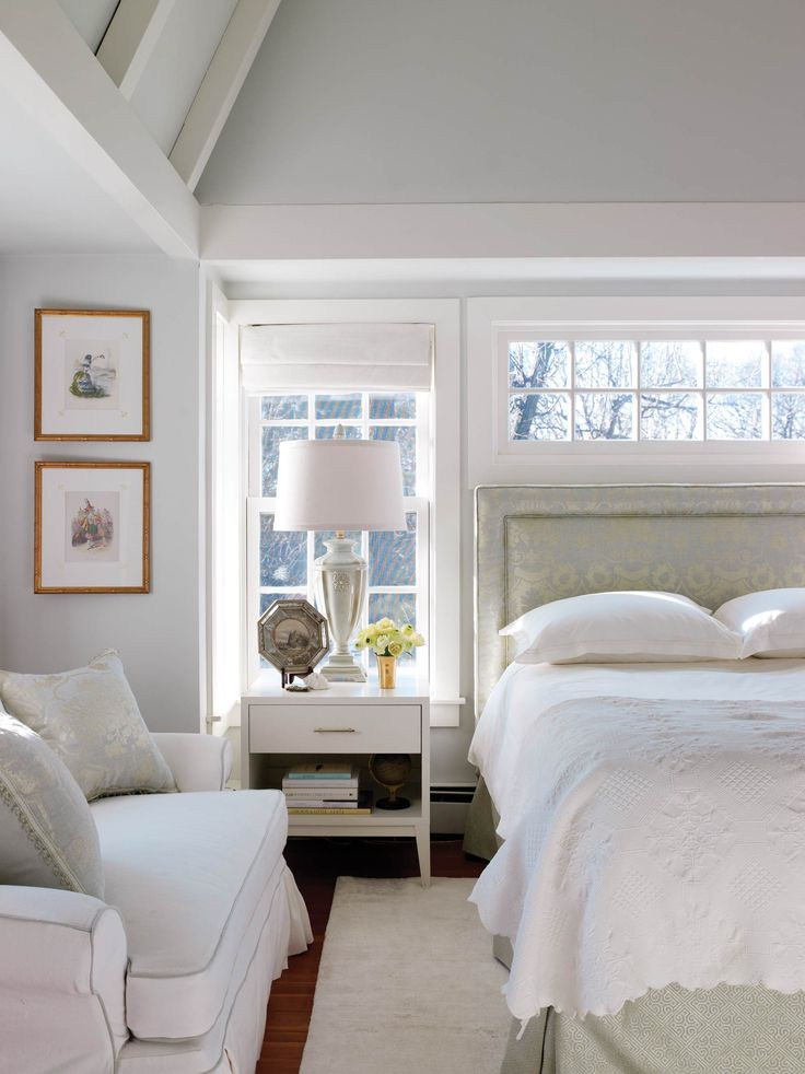 Reflective colors and fabrics make the master bedroom Master bedroom ceiling colors