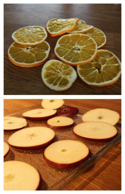 Jag tycker det är så fint att dekorera med frukt till jul. Brukar torka apelsinskivor men i år blev det även äpplen. Om du inte har gjort det så testa.... Skiva en apelsin och lägg på galler In…