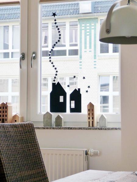Zwei Papphäuschen zieren das Fenster und der Kamin dort drinnen ist schon angeworfen ;)                                                                                                                                                                                 Mehr