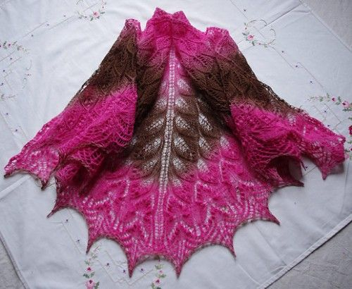 Wavy leaves and butterflies shawl - Free pattern
