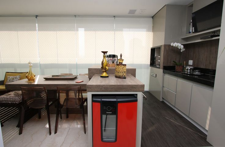 varanda gourmet, apartamento, decoração, inspiração, frigobar vermelho, revestimento madeira. Projeto de Arquiteta Cristiane Vassoler