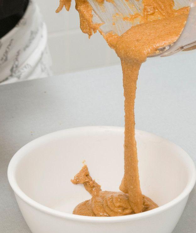 Ο πιο απλός τρόπος παρασκευής περιλαμβάνει μόνο ζάχαρη και ξηρούς καρπούς σε αναλογία 1:2. Εδώ σας δείχνουμε τη διαδικασία με 100 γρ. ζάχαρη και 200 γρ. φουντούκια, αλλά μπορείτε να αυξήσετε τη δόση αν χρειάζεστε περισσότερη πραλίνα. 1. Ρίχνουμε τα φουντούκια σε ένα μπολ και τα βάζουμε να ζεσταθούν στο φούρνο μικροκυμάτων. Εναλλακτικά, τα απλώνουμε …