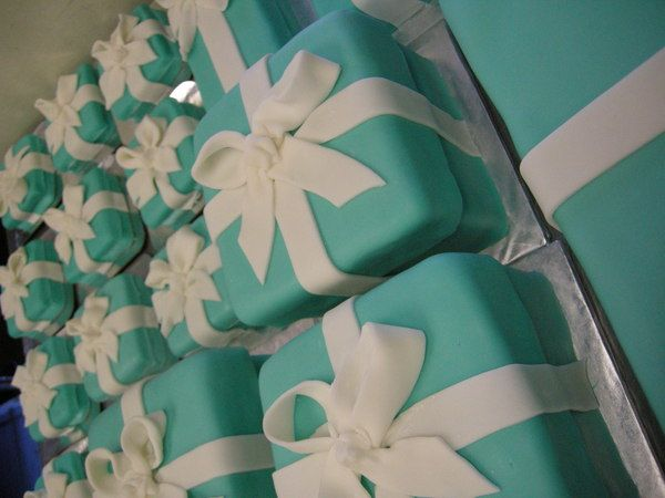 Someone marry me so I can have these Tiffany box cakes for everyone at the wedding.