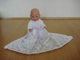 Jeg syntes også at I skal se denne smukke dåbskjole som min søster har strikket til Ibens baby born, som Iben stolt viser frem her :-) ...