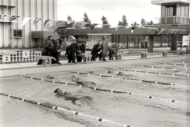Afbeelding van een training van de Nederlandse Zwemploeg in het openluchtbad van het Zwembad Den Hommel (Kennedylaan 5) te Utrecht.1966
