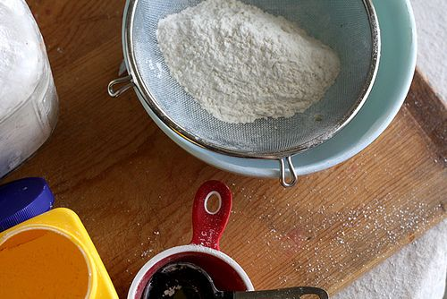 For an updated version of this method, click here. Cake flour. Let's face facts: I never have cake flour on hand when I need it. Luckily, there's a super easy way to turn good old al…