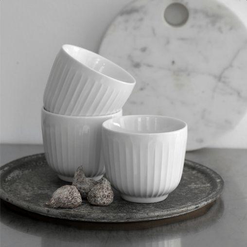 Hammershøi er enkelt og elegant serie fra Kähler, som er designet i nordiske materialer: glas, keramik og egetræ. I Hammershøi serien findes alt hvad du behøver for at dække et flot bord.
