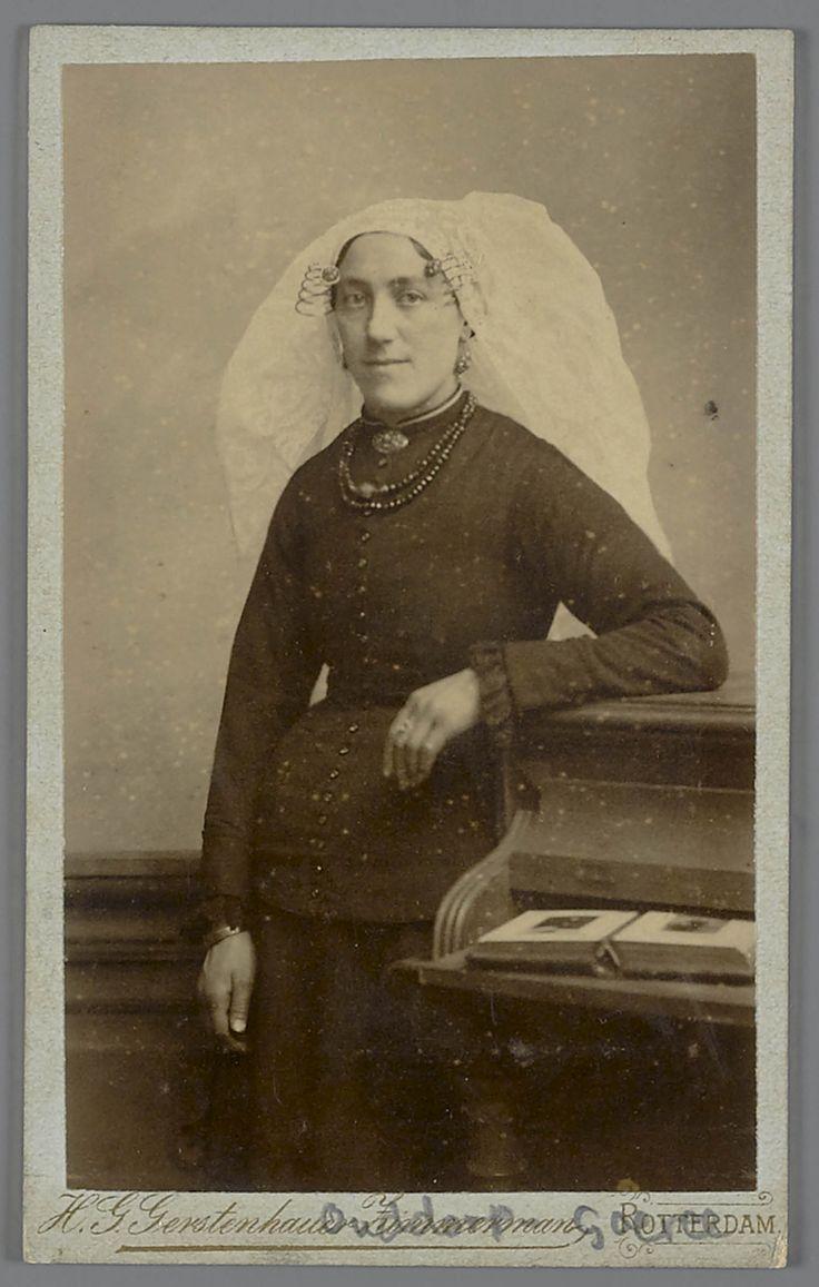 Vrouw in streekdracht uit Ouddorp #GoereeOverflakkee #ZuidHolland