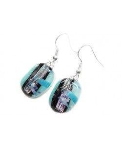 Lichtblauwe glazen oorbellen met beige-paarse accenten in het glas!