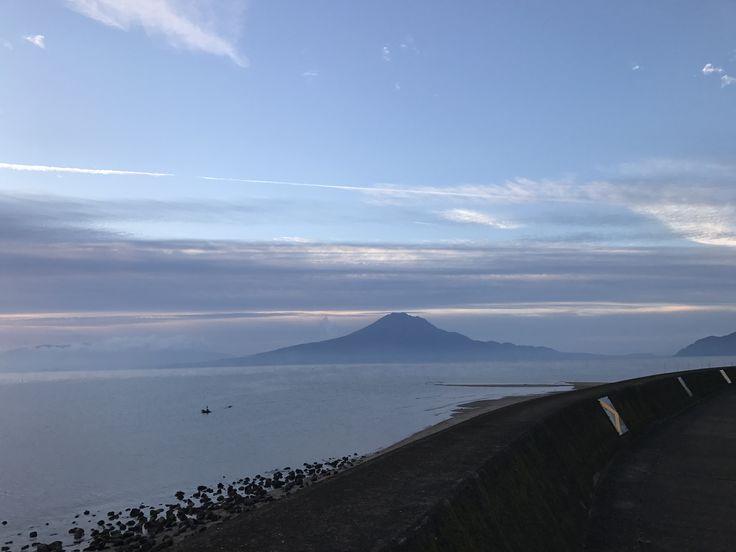 おはようございます(^o^)/  今日の櫻島です。  天気は晴れ。  福岡国際マラソン、公務員ランナーの川内さんが2時間9分11秒で3位!  昨日は私はハーフで2時間21分。倍以上の早さですね。すごい(>_<)  川内という名前だけに頑張って欲しいですね〜。  今日も1日、元気に頑張っていきましょう!!!