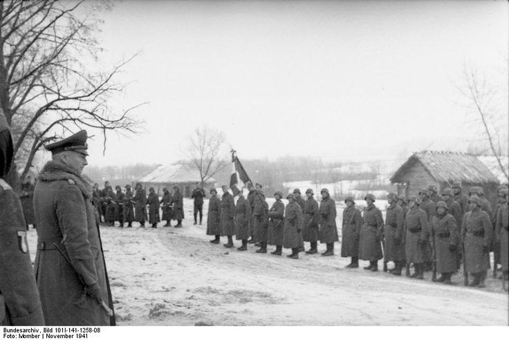 1941, Union Soviétique, Légionnaire français de la LVF, en rang devant un officier supérieur |