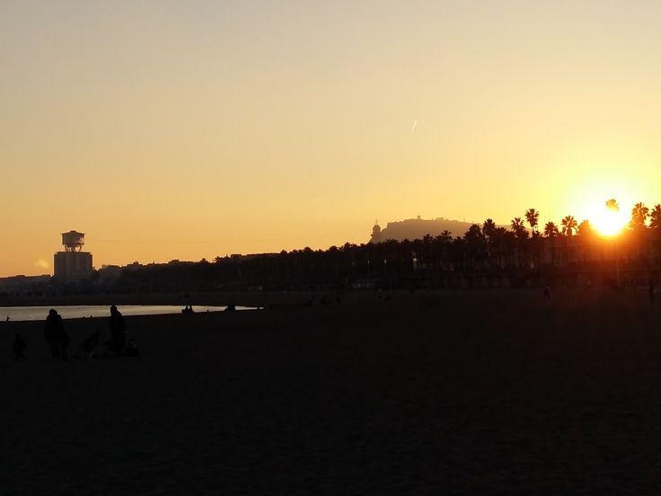 zachód słońca na plaży Barceloneta